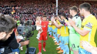 Steven Gerrard recibe emotivo homenaje en su último partido en Anfield