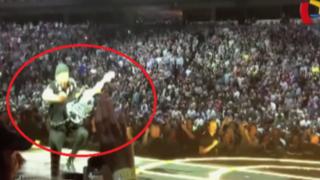 Guitarrista de la banda U2 sufrió aparatosa caída durante concierto en Canadá