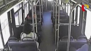 VIDEO: pasajeros logran escapar de bus segundos antes que tren los embista