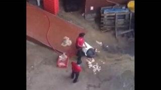 VIDEO: sorprenden a empleados de KFC lavando los pollos en el suelo