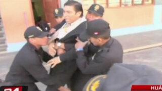 Autoridades sacan cargado a director de colegio en Huánuco