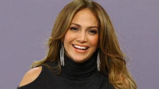 Jennifer Lopez sufre percance con su vestuario y muestra más de la cuenta