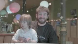 Una familia feliz: padres de niño con síndrome de down realizan video