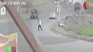 WhatsApp: sujeto completamente ebrio cruza transitada avenida de Carabayllo