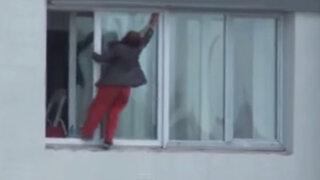 VIDEO : mujer limpia las lunas de un noveno piso de forma temeraria