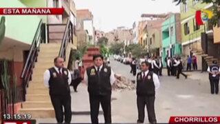 Agentes de Seguridad del Estado inspeccionan escaleras construidas en las veredas