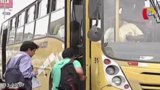 Pese a campañas, transportistas no respetan el medio pasaje universitario
