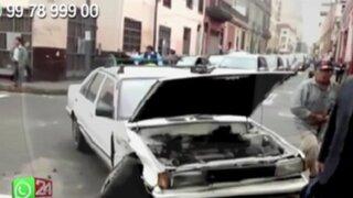 WhatsApp: taxista pierde el control de su vehículo y ocasiona accidente en el Centro de Lima