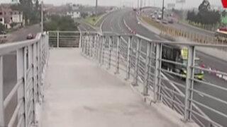 Insólito: puente peatonal para discapacitados no tienen rampa en uno de sus extremos