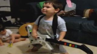YouTube: niño causa sensación al 'tocar' la guitarra como todo un 'rockstar'