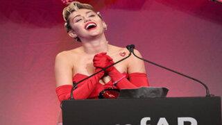 Miley Cyrus aparece en 'topless' durante pleno concierto