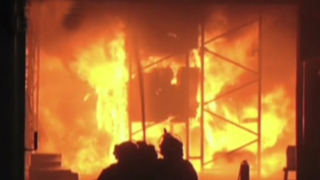 Incendio consume fábrica de pinturas en Comas: falta de agua dificulta trabajo de bomberos