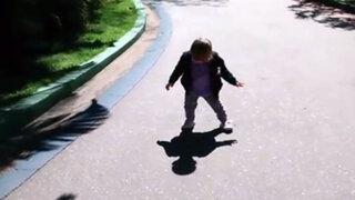 Youtube : niña llora al ver su sombra por primera vez