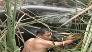 Chofer y copiloto de auto que cayó a Pantanos de Villa casi se ahogan