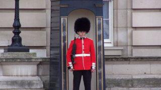 VIDEO : guardia real británico no soportó las burlas de un turista