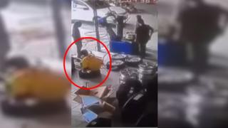 Mecánico sufre aparatosa caída al inflar una llanta de manera incorrecta