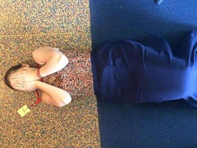 Asistió a una fiesta con un vestido exactamente igual que el suelo