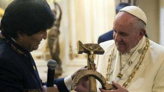 Bolivia: Evo Morales carga de política visita del papa y le hace polémico regalo