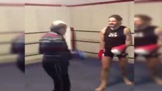 Facebook: anciano noqueó a joven musculoso sobre un ring de box