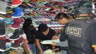 Incautan zapatillas de contrabando en mercado de Chimbote