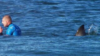 Escalofriantes imágenes: surfista es atacado por un tiburón en plena competencia