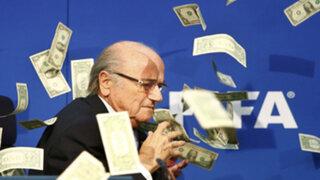 VIDEO : comediante lanza fajo de dólares a Joseph Blatter en plena conferencia