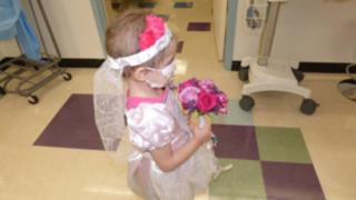Niña de cuatro años con leucemia se 'casó' con su enfermero favorito