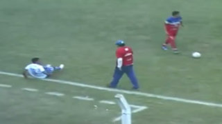 VIDEO : entrenador enloqueció y pateó a un jugador rival