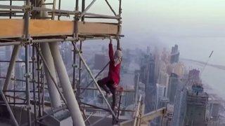 Fotógrafo sube al edificio más alto del mundo para tomarse un selfie extremo