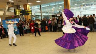 Turistas son recibidos a ritmo de guitarra y cajón en el aeropuerto Jorge Chávez