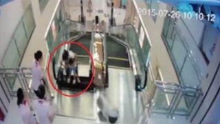 VIDEO: madre muere 'tragada' por una escalera eléctrica, pero salva a su hijo