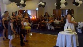 Mujer deja caer a niña para intentar atrapar bouquet de novia