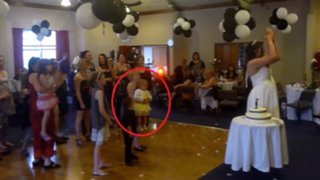 Indignante: mujer deja caer a niña para atrapar el bouquet de una novia