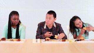 Mira la reacción de estas personas al descubrir que les dieron comida para perros