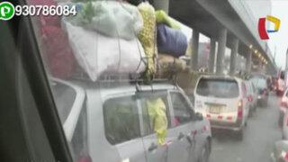 Camioneta con exceso de carga provoca congestión vehicular en SJM