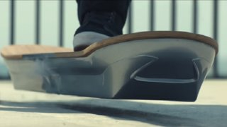 Presentan patineta voladora al estilo de 'Volver al Futuro II'