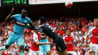 Arsenal: Petr Cech debuta con increíble blooper