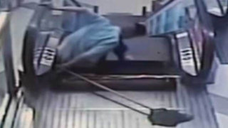 VIDEO: escalera eléctrica arranca pierna a adolescente en México