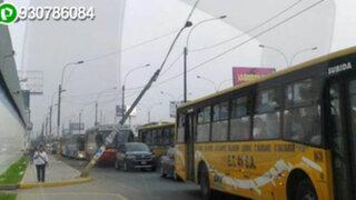 Poste de alumbrado público está a punto de colapsar en Miraflores