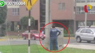 Trabajador de una compañía de teléfonos micciona en plena la calle