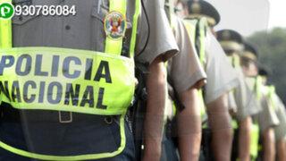 Acción temeraria: Policías se trasladan en tolva de camioneta