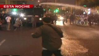 Activistas se enfrentan a la policía durante protestas frente al Congreso