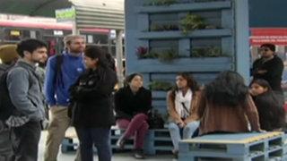 Jóvenes universitarios ayudan a recuperar exteriores de estación Villa María del Metro