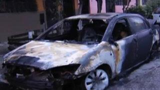 Desconocidos incendiaron auto con bomba molotov en el Cercado de Lima