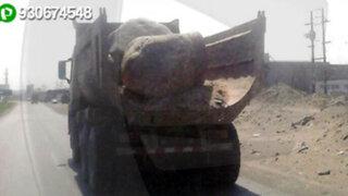 Camión traslada enorme roca sin medidas de seguridad y con la tolva descubierta