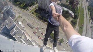 Deportista extremo arriesga la vida con peligrosas acrobacias