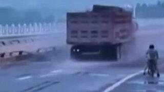 Chofer de camión estuvo a punto de provocar una tragedia en China