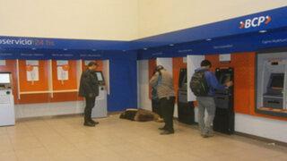 FOTOS: turista colombiana se quedó dormida en un cajero automático