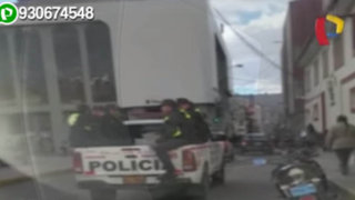 Policías infringen normas trasladándose en tolva de camioneta