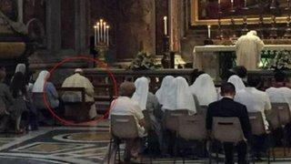 Papa Francisco rompió protocolo y se sentó junto a fieles en una misa